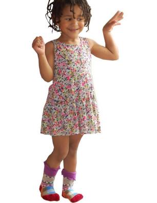 petite fille en chaussettes Dub et Drino